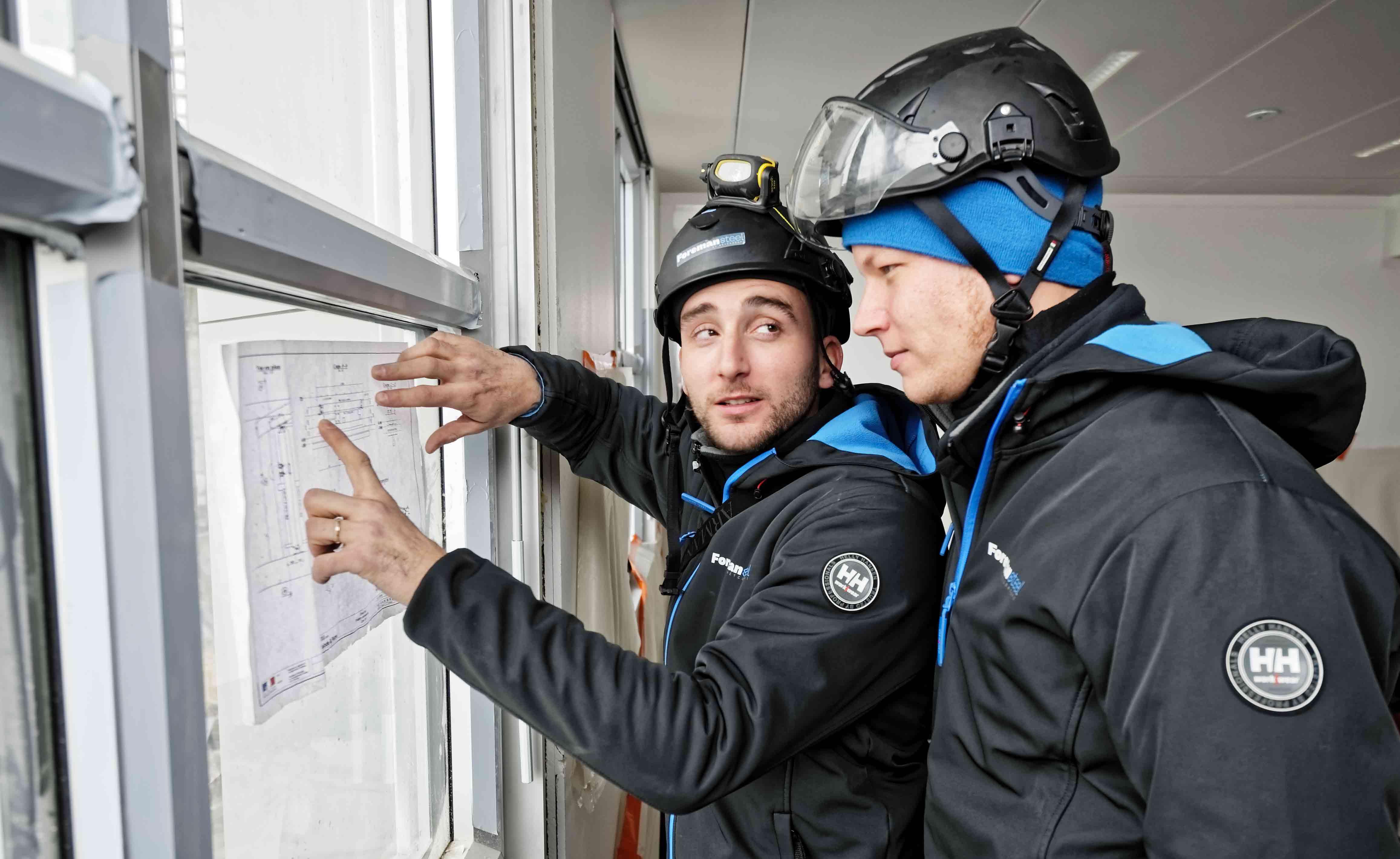 Deux techniciens Foremansteel en plein brief avant d'intervenir sur la pose d'une ligne de vie